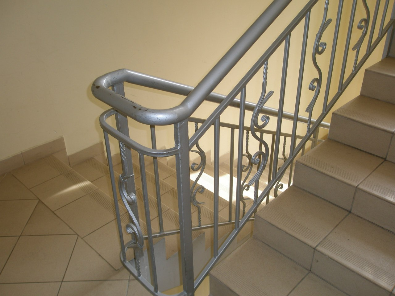 Перила для лестниц из металла фото